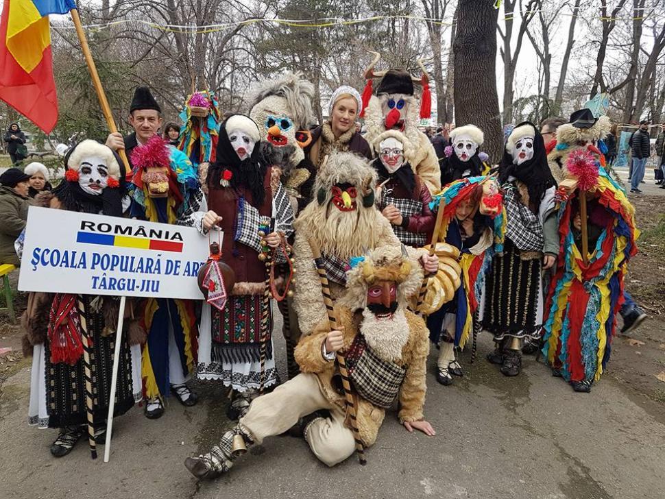 Pitaraii cu masti www.paginaolteniei.ro